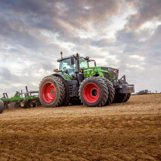 Fendt 900 Vario Tractor in farm field